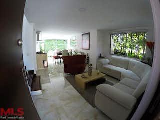 Una sala de estar llena de muebles y una televisión de pantalla plana en Faro Del Esmeraldal Casas