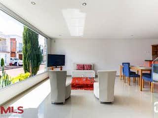 Una sala de estar llena de muebles y una televisión de pantalla plana en Heliconias Condominio Campestre