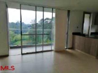 Una vista de una habitación con una puerta corredera de cristal en Club Verde Terra