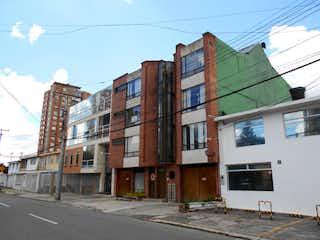 Una calle de la ciudad llena de edificios y una luz de la calle en Apartamento En Venta En Bogota La Castellana