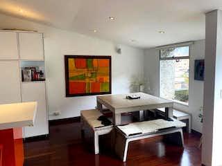 Una sala de estar llena de muebles y una televisión de pantalla plana en Apartamento en venta en Rosales, de 195mtrs2