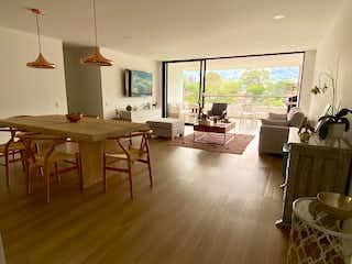Una sala de estar llena de muebles y una ventana en Apartamento en venta en Loma De Las Brujas con Piscina...