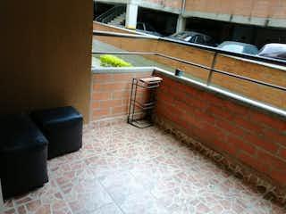 Un cuarto de baño con un inodoro y un lavabo en Apartamento en venta en Rodeo Alto de 3 habitaciones
