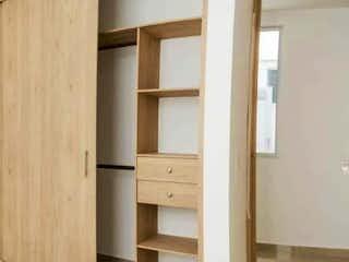 Una imagen de una habitación que tiene una puerta de madera en Apartamento en venta en Rosales de 112m² con Balcón...