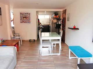 Una sala de estar llena de muebles y un suelo de madera en Apartamento remodelado en Alcala Envigado para inversion