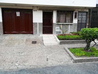 Una acera con un banco delante de ella en Casa en venta en Fátima de 3 hab.