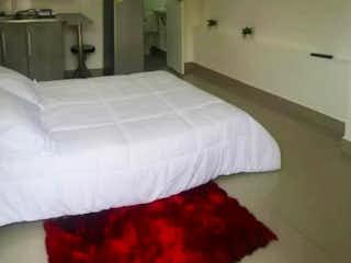 Un dormitorio con una cama un tocador y un espejo en Apartaestudio en Simón Bolívar
