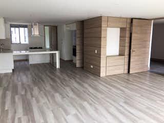 Una sala de estar llena de muebles y un suelo de madera en Hermoso Apartamento en el Escobero Envigado