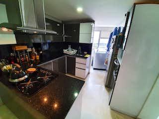Una cocina con nevera y fregadero en Oportunidad apartamento en conquistadores