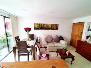Una sala de estar llena de muebles y una mesa en Apartamento para la venta en Laureles los Almendros