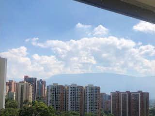 Una vista del horizonte de la ciudad desde una ventana en Apartamento en los Bernal