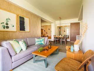 Una sala de estar llena de muebles y una mesa en Oceana