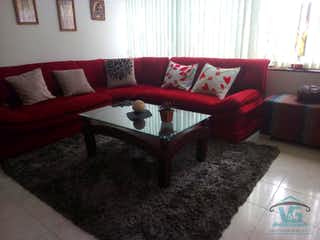 Una sala de estar llena de muebles y un sofá en