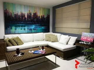 Una sala de estar llena de muebles y una gran ventana en SIEMPRE VERDE