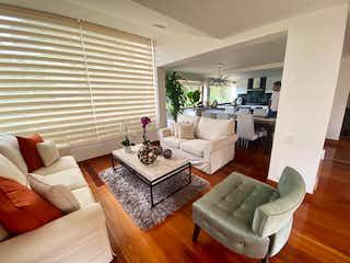 Una sala de estar llena de muebles y una gran ventana en Casa En Venta En Bogota Gratamira