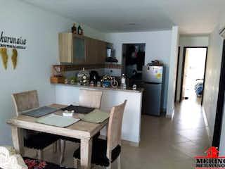 Una cocina con una mesa y sillas en ella en EDIFICIO MESTIZO
