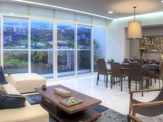 Una sala de estar llena de muebles y una gran ventana en Towers Bosque Real