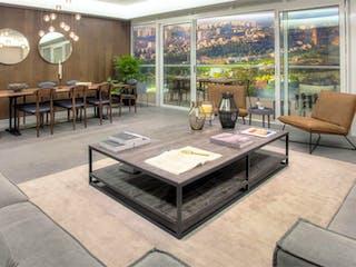 Una sala de estar llena de muebles y una gran ventana en Ivy Bosque Real