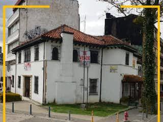 Un edificio con un reloj en el costado en Casa en venta en Barrio Teusaquillo con Jardín...