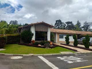 Una casa que está sentada en la hierba en Casa en Venta EL RETIRO