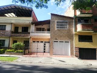 Un edificio de ladrillo con un letrero en la calle en Casa en Venta FLORESTA