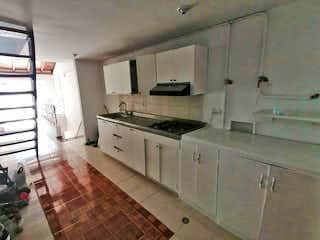 Una cocina que tiene un fregadero y una estufa en Apartamento en venta en Universidad Medellín, de 100mtrs2