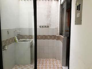 Un cuarto de baño con una ducha de bañera y un lavabo en Casa en Venta LOMA DE LOS BERNAL