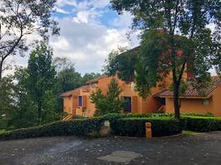 Un edificio de ladrillo con un árbol en frente en EXCELENTE TOWN HOUSE CON JARDIN EN VENTA EN SANTA FE
