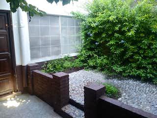 Un banco de madera sentado delante de la ventana en Casa en venta en 7 de Julio, 215mt