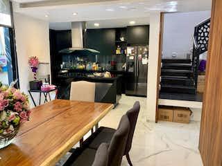 Una sala de estar llena de muebles y una planta en maceta en Casa en venta en Del Valle, 220mt