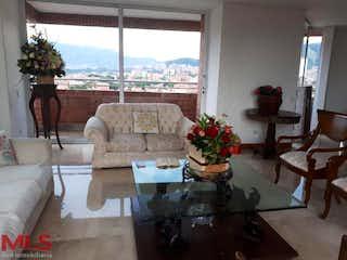 Una sala de estar llena de muebles y una gran ventana en Vicenzo
