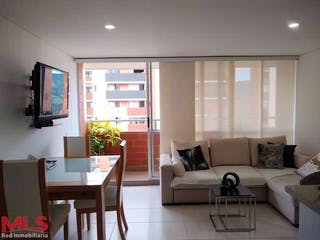 Una sala de estar llena de muebles y una televisión de pantalla plana en Capella