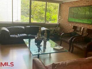 Una sala de estar llena de muebles y una gran ventana en Bosques De La Aguacatala