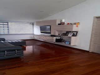 Una sala de estar llena de muebles y un suelo de madera dura en Casa en venta la Calleja