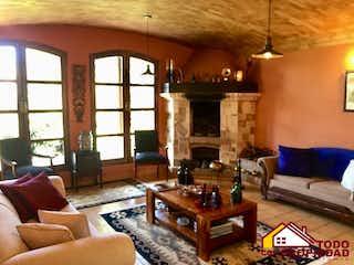 Una sala de estar llena de muebles y una chimenea en Villas de Llano grande