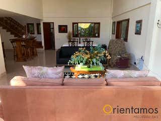 Una sala de estar llena de muebles y una mesa en PARCELACIÓN EL SALADITO