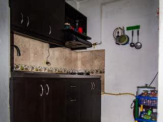 Una cocina con nevera y una estufa en Casa en venta en Bomboná No. 2 de 5 habitaciones