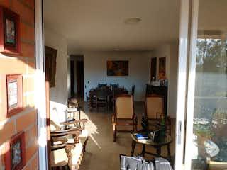 Una sala de estar llena de muebles y una ventana en Apartamento en venta en La Alpujarra 123m² con Balcón...