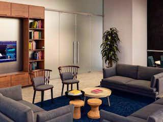 Una sala de estar llena de muebles y una televisión de pantalla plana en Five Bosque Real