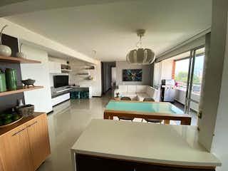 Una cocina con una mesa y sillas en ella en Apartamento en venta en El Carmelo, de 76mtrs2