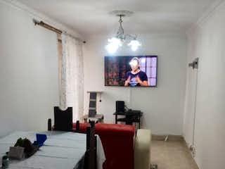 Un dormitorio con una cama y una mesa en él en VENDO APARTAMENTO EN PRADO VILLLANUEVA.