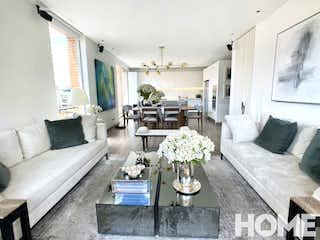 Una sala de estar llena de muebles y una lámpara de araña en PENTHOUSE REMODELADO DE 2HABS Y TERRAZA CON VISTA 180º-VENTA -Cra17 Cll93A -CHICÓ