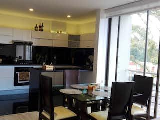 Una cocina con una mesa y sillas en VENTA APARTAMENTO 104Mtrs 3H/3B/2G ESQUINERO NICOLAS DE FEDERMAN
