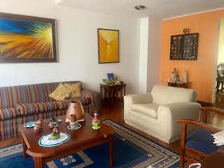 Una sala de estar llena de muebles y una televisión de pantalla plana en Casa En Venta En Bogota Floresta Norte