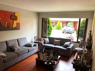 Una sala de estar llena de muebles y una televisión de pantalla plana en Casa En Venta En Bogotá Cedritos-Usaquén