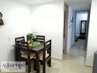 Una habitación con una mesa y sillas en ella en MANTIA