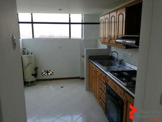 Una cocina con un fregadero y un horno de cocina en TERRAZINO ROYAL
