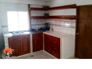 Cocina con nevera y microondas en Casa en venta en Casco Urbano Sopetrán, de 2048mtrs2