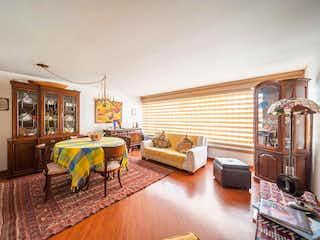 Una sala de estar llena de muebles y una mesa en Casa en venta en Cedro Golf, 189m²
