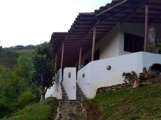 Un edificio blanco con un gran techo blanco en Finca en Venta GIRARDOTA